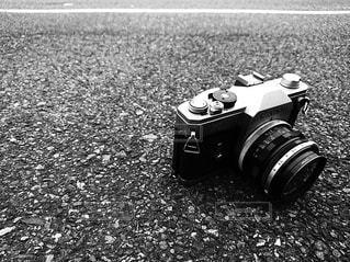 寂しげなフィルムカメラのクローズアップの写真・画像素材[2267732]