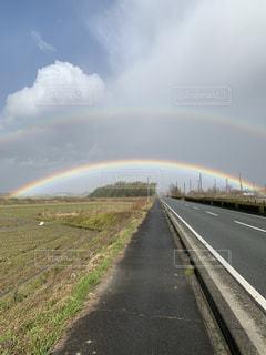 道路の脇の虹の写真・画像素材[2264732]