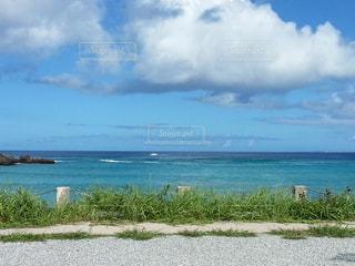 水域の隣の砂浜の写真・画像素材[2265016]