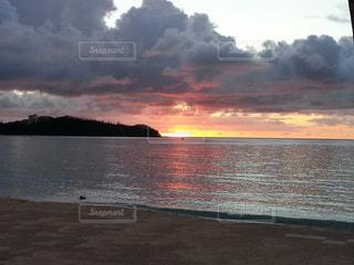 水の体の上の夕日の写真・画像素材[2265017]