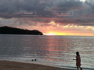 水域の前に立っている人の写真・画像素材[2265018]
