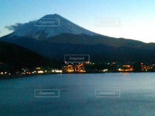 山を背景にした大きな水域の写真・画像素材[2265019]