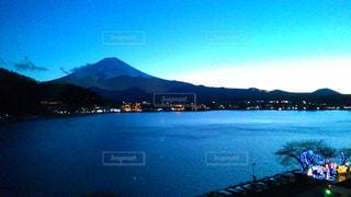 アティトラン湖を背景にした水域の写真・画像素材[2265020]