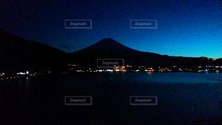 水の体の上の夕日の写真・画像素材[2265021]
