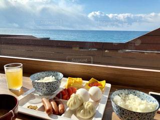 食べ物の皿とテーブルの上のコーヒー1杯の写真・画像素材[2270540]