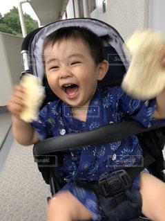 赤ん坊を抱いている小さな女の子の写真・画像素材[2269528]