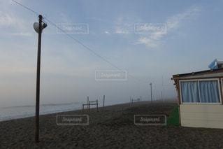 朝もやの中の古びた海小屋が素敵です。の写真・画像素材[2285661]