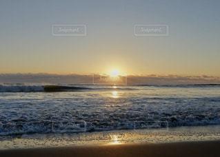 水平線から昇る太陽の写真・画像素材[2285758]