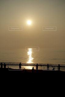 日が昇る海辺で練習する中学生の写真・画像素材[2285760]