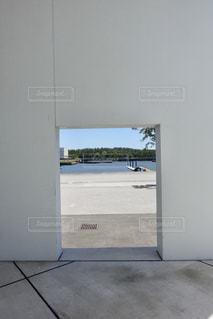 白い壁の向こう側の写真・画像素材[2287896]