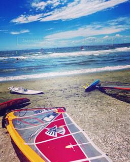 砂浜のサーフボードの写真・画像素材[2290502]