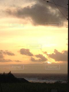 夕暮れの空と海の写真・画像素材[2270852]