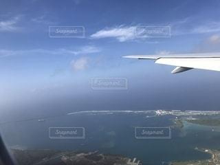 空を飛んでいる大きな飛行機の写真・画像素材[2767787]