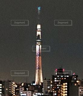 夜にライトアップされた街の写真・画像素材[2282879]