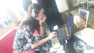 ラップトップを使ってテーブルに座っている女性の写真・画像素材[2783513]