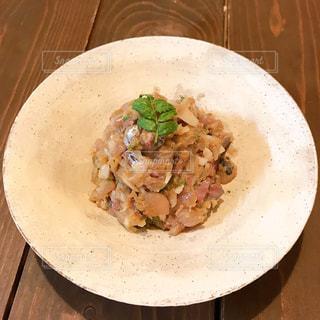 皿の上に食べ物のボウルの写真・画像素材[3168426]