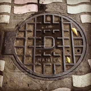 マニラの歩道にあるマンホールの蓋ですの写真・画像素材[2278937]