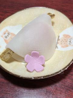 皿の上の和菓子の写真・画像素材[2277565]