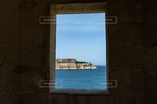窓から望む島の写真・画像素材[2278279]
