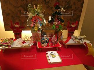テーブルの上に家具と花瓶で満たされたリビングルームの写真・画像素材[2278630]