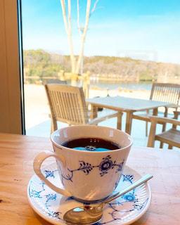 木製のテーブルの上に座っているコーヒー1杯の写真・画像素材[2278018]