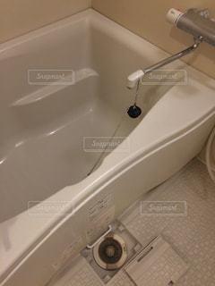 流しの隣に座っている白い浴槽の写真・画像素材[2282705]