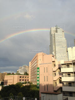 聖路加病院にかかる虹の写真・画像素材[2428138]