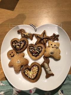 テーブルのアイシングクッキーの写真・画像素材[2286219]