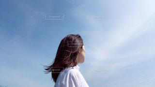 空を眺める女性の写真・画像素材[2282402]