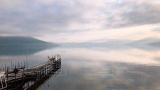 空が映る湖面の写真・画像素材[2282418]