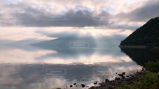空の映る湖面の写真・画像素材[2282426]