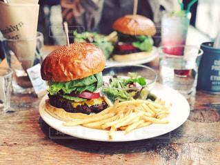 テーブルの上のハンバーガーの写真・画像素材[2774264]