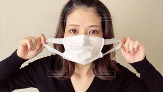 マスクをつけようとしている女性の写真・画像素材[2967852]
