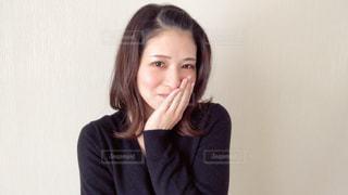 照れ笑いの女性の写真・画像素材[2967853]