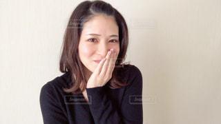笑みを隠す女性の写真・画像素材[2967855]