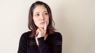 悩み考える女性の写真・画像素材[2967859]