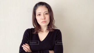 腕を組む女性の写真・画像素材[2967866]