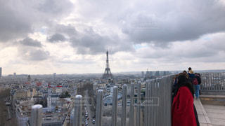フェンスの隣に立ってエッフェル塔を眺める人の写真・画像素材[3071209]