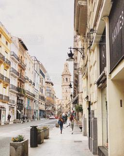 オシャレな通りを歩くの写真・画像素材[3071211]