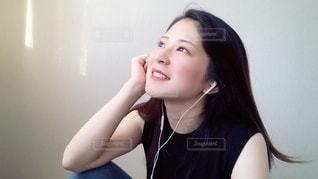 窓辺で音楽を聴く女性の写真・画像素材[3444247]