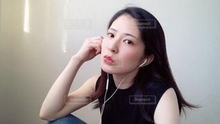 窓辺で音楽を聴く女性の写真・画像素材[3444248]