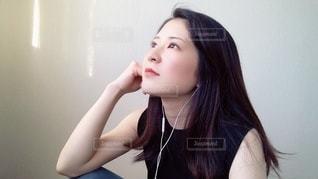 窓辺で音楽を聴く女性の写真・画像素材[3444241]