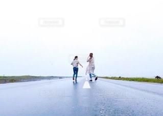 直線道路を走る女性たちの写真・画像素材[3538742]