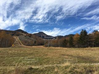 山を背景にした畑の写真・画像素材[2705268]