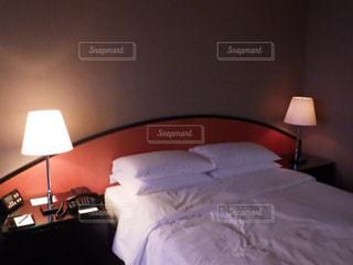 ホテルの部屋にベッド付きのベッドルームの写真・画像素材[2794712]