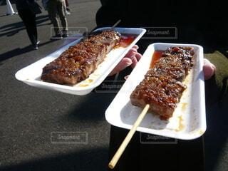 ステーキ串の皿を持つ若い女性の写真・画像素材[4023294]