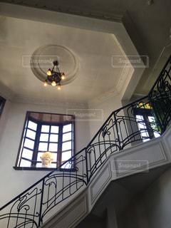 フランス料理店の階段と窓の写真・画像素材[2357274]