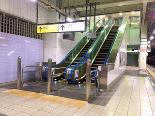 駅のエスカレーターの写真・画像素材[2370033]