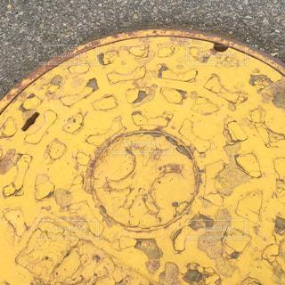 黄色いマンホールの写真・画像素材[2370511]