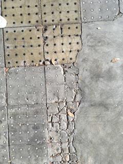ひび割れた舗装の写真・画像素材[2752548]